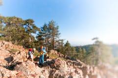 山的两个远足者 免版税库存图片