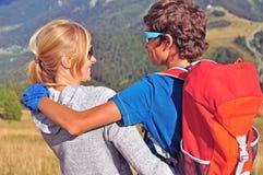 山的两个远足者 库存图片