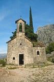 山的中世纪教堂 免版税图库摄影