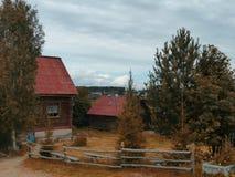 山的乌拉尔老村庄 库存图片