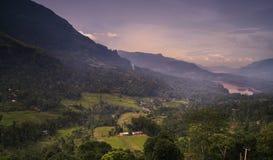 山的五颜六色的小村庄 免版税库存照片