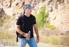 山的人与一个瓶水 免版税库存图片
