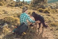 山的人与他的狗 免版税库存图片