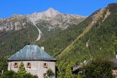 山的俏丽的房子在意大利 免版税库存照片