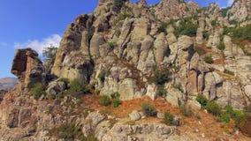 山的倾斜与推出的石头的 鸟` s眼睛视图 影视素材