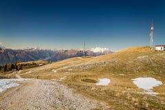 山的全景与蓝天的 免版税库存图片