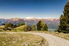 山的全景与蓝天的 免版税库存照片