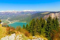 山的全景与蓝天的 图库摄影