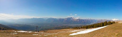 山的全景与蓝天的 库存照片