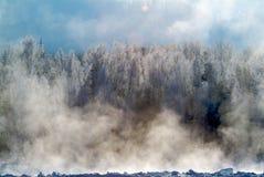山的冬天河 库存图片