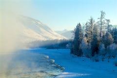 山的冬天河 库存照片