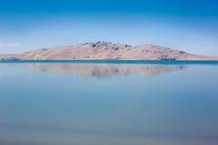 山的反射在一个湖在西藏 免版税库存图片