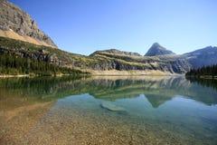 山的反射在暗藏的湖,冰川国民同水准 库存照片