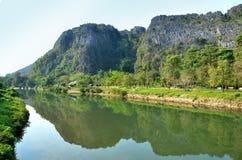 山的反射在河的 库存照片