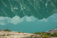 山的反射在湖中镇静水  库存照片