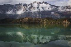 山的反射 库存图片