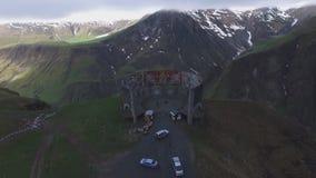 从山的圆全景的Mestia, Svaneti quadcopter和村庄的空中录影  股票录像