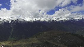 从山的圆全景的Mestia, Svaneti quadcopter和村庄的空中录影  股票视频