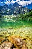 山的在夏天,波兰惊人的蓝色湖 免版税库存照片