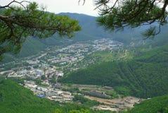 山的城镇 图库摄影