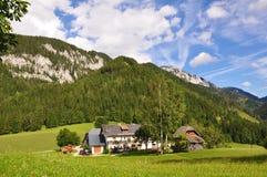 山的奥地利农厂之家 免版税库存图片