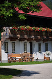 山的奥地利农厂议院 免版税库存照片