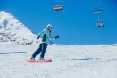 山的女子挡雪板 免版税库存照片
