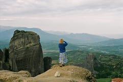 山的女性游人 库存照片
