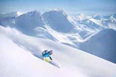 山的女性freeride滑雪者 免版税库存图片
