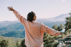 山的妇女享受风景的 库存照片