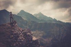 山的妇女远足者 库存图片