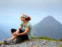 山的妇女,休息 免版税库存图片