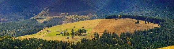 山的孤立村庄 免版税库存图片