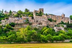 山的小中世纪镇,普罗旺斯,法国 免版税库存图片