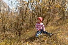 山的小女孩在秋天 免版税图库摄影