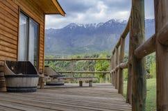 山的小旅馆房子 免版税库存照片