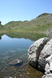 山的小湖 免版税图库摄影