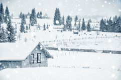 山的小积雪的房子 免版税库存图片