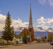 山的小镇教会 库存照片