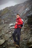 山的少年远足者 免版税库存照片