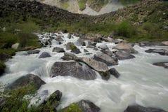 山的山河 潮流通过峡谷河 石头和岩石土地在河附近 库存图片