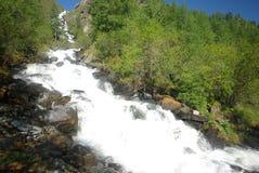 山的山河 潮流通过峡谷河 石头和岩石土地在河附近 美丽的山 图库摄影