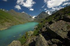 山的山河 潮流通过峡谷河 石头和岩石土地在河附近 美丽的山 库存图片