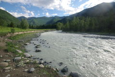 山的山河 潮流通过峡谷河 石头和岩石土地在河附近 美丽的山 免版税库存图片