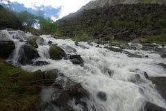 山的山河 潮流通过峡谷河 石头和岩石土地在河附近 美丽的山 免版税图库摄影