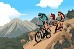 山的山骑自行车的人 免版税库存照片