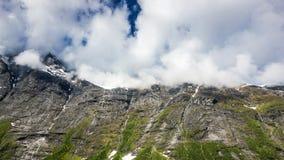 山的峰顶在云彩的 库存照片