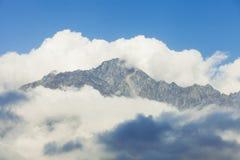 山的峰顶在云彩的 免版税库存照片