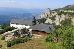 山的峰顶的Ceahlau修道院 免版税库存照片