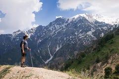 山的年轻游人与一根走的杆 免版税库存图片